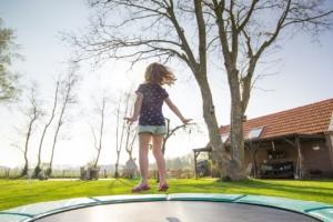 Kind auf einem Trampolin mit 2 m Durchmesser