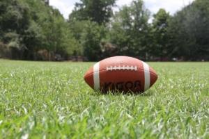 Football auf Wiese