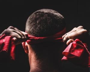 Mann mit rotem kampfsport Kopfschutz