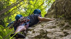 Mann mit Kletterschuhen am Klettern