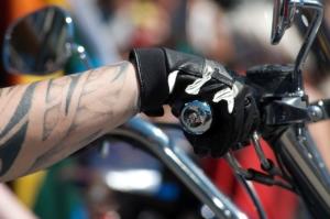 Mann mit Motorradhandschuhen