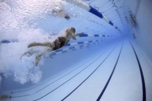 Schwimm Uhr unter Wasser beim Kraulen