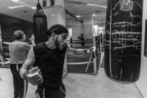 Mann boxt gegen einen Boxsack