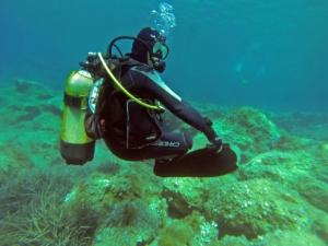 Mensch mit Tarierjacket unterwasser