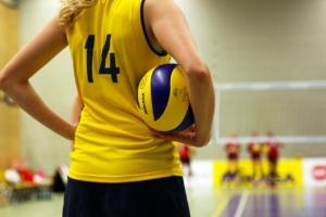 Frau mit Volleyball