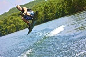 Mann auf Wakeboard im Wasser