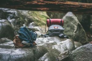 Frontlader Rucksack beim Wandern auf einem Fels abgelegt